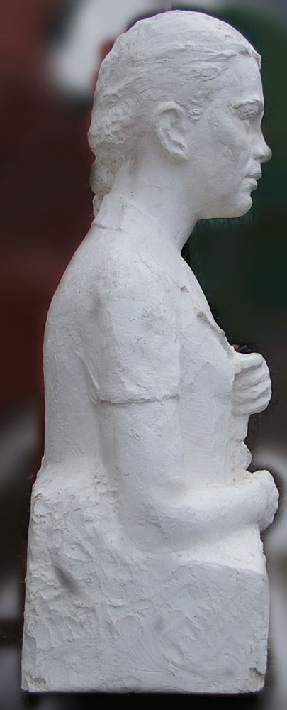 Скульптура Девушка 1976 г., материал гипс, высота 92 см., ширина 50 см., длина 40 см. - 1