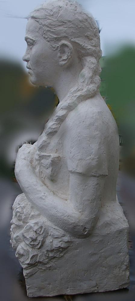 Скульптура Девушка 1976 г., материал гипс, высота 92 см., ширина 50 см., длина 40 см. - 2